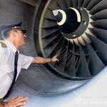 Pilot mora na ritualni obhod letala pred vsakim vzletom. (foto: Bor Dobrin)