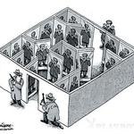 Sadam in Bush se dobita v Sadamovi palači, da bi kakšno rekla o miru na Bližnjem vzhodu. Ko se Bush usede, opazi, da ima Husein na naslonjalu tri gumbe. Po petih minutah Sadam pritisne prvi gumb in boksarska rokavica Busha z vso silo nabije v glavo. Sadam se ob tem seveda hudo zabava, Bush pa v imenu višjih ciljev vse skupaj ignorira. Pet minut kasneje Sadam pritisne drugi gumb in škorenj brcne velikega Američana v piščal. Sadam se reži, Bush je razkurjen, a potrpi v imenu miru. Čez pet minut pritisne Sadam tretji gumb in Busha nekaj z vso silo sune v jajca. Sadam se od smeha valja po tleh, Bush pa užaljeno odide nazaj v ZDA. Čez nekaj tednov Iračana povabi k sebi. Ko sede, opazi na Bushevem stolu tri gumbe. »Hm, očitno se mi hoče maščevati,« si misli. Ko Bush pritisne prvi gumb, se skloni, a nič ga ne udari v glavo. Ko pritisne drugi gumb, skoči Sadam iz sedeža, da bi se izmaknil napadu, pa spet nič. Takoj ko spet sede, pritisne Američan v histeričnem smehu tretji gumb. Sadam se stisne v klopčič, a nič. »Jebi se, George Bush! Jaz grem nazaj v Bagdad!« Z očmi, solznimi od smeha, odvrne Bush: »Bagdad? Kateri Bagdad?« (foto: Goya)