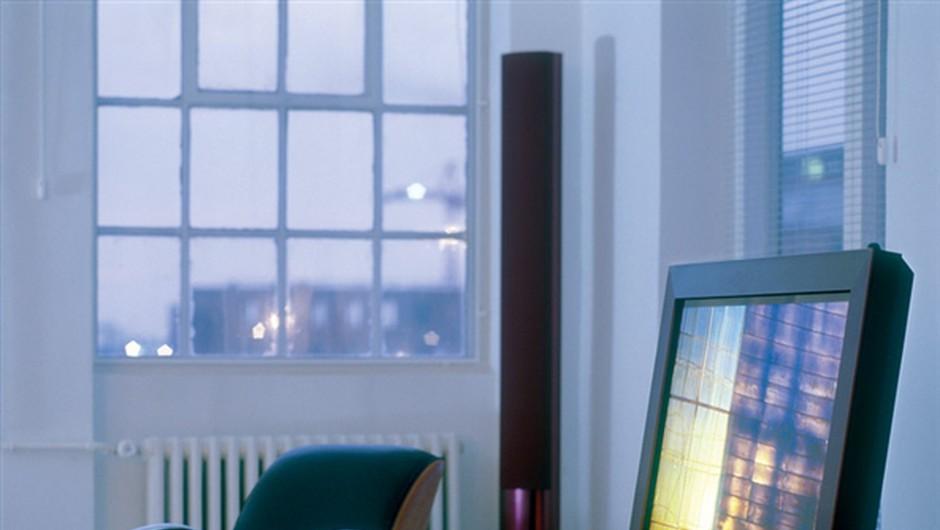 Plasma TV beovision 5. Zakaj bi bila televizija na steni, če je lahko rahlo prislonjena na steno ali pod kotom devet stopinj na talnem stojalu? (foto: PR)