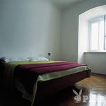 V svetilniku se skrivata dva lična, a dolgočasna apartmaja. (foto: Bor Dobrin)