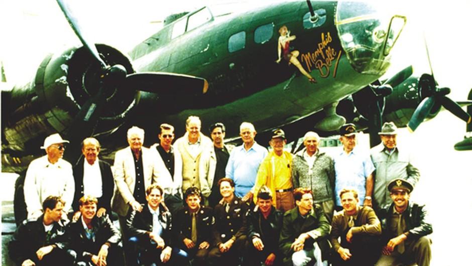 Zborček preživelih članov posadke Memphis Belle in igralcev, ki so jih upodobili v filmu z istim naslovom. Tretji z leve zgoraj pilot Robert Morgan, pod njim Matthew Modine, ki ga je zaigral. (foto: arhiv zakoncev Morgan & Margery Petty MacLeod & arhiv Playboy)