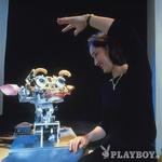 Morda so na MIT še najbliže glavnemu junaku novega Kubrick-Spielbergovega filma A.I. robotu Davidu. V njihovem laboratoriju za umetno inteligenco se več skupin ukvarja z razvojem družabnih humanoidnih robotov, ki bi bili sposobni hoditi mehko in naravno, premikati roke in glavo v odgovor na gibanje ljudi ter se sporazumevali in učili kot ljudje. Ta zadnji del zajema projekt Kismet, kakor je ime robotu, ki še ne govori kot odrasli, ampak brblja kot dojenček. Kismet je humanoid (natančneje humanoidna glava), ki se odziva na človeška čustva s spreminjanjem izraza na obrazu. Na podlagi različnih glasovnih in vizualnih vzpodbud ter s pomočjo vek, ušes in čeljusti izraža njegova robotska glava različna čustvena stanja, od sreče, jeze, strahu do gnusa. Če boste denimo kričali nanj, bo kmalu (videti) zelo žalosten. Kismet je nadgradnja projekta Cog, humanoida, ki ni vnaprej sprogramiran, ampak se o sebi in svoji okolici sproti uči. Toda zakaj humanoidi? Roboti, ki so usmerjeni v opravljanje strogo določenih nalog, privzamejo obliko, ki je najbolj funkcionalna – za sestavljanje in barvanje avtomobilov, raziskovanje Marsa, iskanje preživelih v ruševinah ali igro z otroki. »Kadar pa gre za robote – sopotnike in pomočnike, s katerimi boste živeli, je ta 'človeška' podoba potrebna za vzpodbujanje interakcije, premagovanje ovir, za boljšo povezavo z njimi,« meni dr. Cynthia Breazel, ki skrbi za Kismetov napredek. (foto: *)