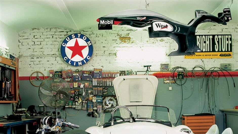 Bleščeče motorno kolo je parkirano v vaši dnevni sobi, oko se vam lahko vedno znova ustavi na njem. Lahko se ga dotaknete, ga pobožate; vsak dan ga očistite, če je treba ali ne. Zapeljete ga na cesto, kjer vašemu lepotcu ni para, in oddivjate na kratko adrenalinsko »ježo«. Potem ga spet postavite na preprogo v dnevni sobi. (foto: Andrej Blatnik)