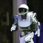 Vsako leto poteka več robotskih tekmovanj - taka, ki se odvijajo v računalniku, in povsem fizična, kot so nogometna tekmovanja, v katerih se združijo robotske motorične sposobnosti, njihova sposobnost strategije in taktiziranja ter kombiniranja akterjev, ki morajo nastopati kot celota. Cilj Robocupa, enega najbolj razvpitih robotskih tekmovanj, je do leta 2050 z ekipo humanoidnih robotov premagati ekipo svetovnih nogometnih prvakov. In čeprav se morda zdi drugače, Gams pravi, da »so ta tekmovanja koristna, saj gre za raziskave strategij sodelovanja, uporabe znanja in izkušenj ter gibanja v realnem prostoru«. (foto: *)