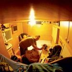 Notranjost ekspedicijskega bivalnika ima dve postelji, kuhinjo, stranišče, tuš kabino in LCD-televizor. (foto: Matevž Hribar, Tilen Gabrovšek, Robert Milič, Paul Lottenbach)