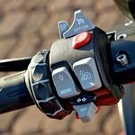 Nevajen novih BMW-jev bo sprva zmeden: vrtljiv gumb za radio, nastavljanje vzmetenja, tempomat, smerniki, troblja, višina vetrobranskega stekla in še vklop vseh štirih smernikov. (foto: Matevž Hribar)