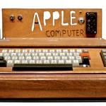 Woz in Jobs: Ohišje prvega prototipa računalnika Apple še leseno. (foto: Goya)