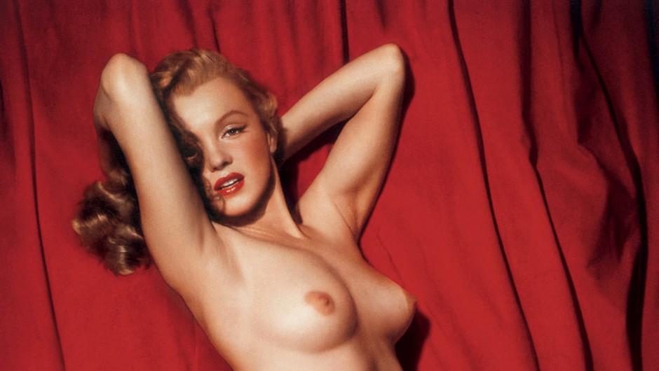 Fotografije na teh straneh so nastale med seanso s fotografom Tomom Kelleyjem leta 1949. Kelley je Marilyn ponudil 50$, da bi pozirala na rdečem žametu. To pa je bilo ravno toliko denarja, kolikor ga je potrebovala, da je odkupila svoj zarubljeni avto. S pomočjo najnovejše digitalne tehnologije so v Dream City Photo restavrirali originalne diapozitive. Popravili so bledeče podobe in dosegli intenzivno čistost barv. Prav tako so dosegli ločitev dvojne ekspozicije (zgoraj) na dve fotografiji ter tako ustvarili privlačno novo sliko na nasprotni strani. »Ta fotografija je med vsemi tudi edina, kjer Marilyn gleda naravnost v fotoaparat,« pravi urednik fotografije na ameriškem Playboyu Gary Cole. (foto: Tom Kelley)