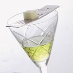 Prek sladkorja nalijte absint (od 0,2 do 0,3 decilitra), da sladkor nekaj absinta vpije, preostalo pa steče v kozarec. (foto: Aleksander Štokelj)