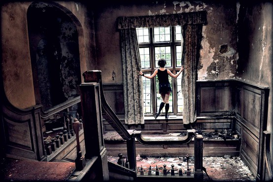 Temačne fotografije Maše Kores v fotografskih serialih