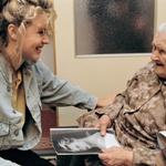 Kljub uspešni karieri in obilici dela ni pozabila domovine in domačih, ki jih redno obiskuje. Ta fotografija je nastala, ko je pred leti v rodnem Litvínovu obiskala svojo 100-letno babico Elysabeth.