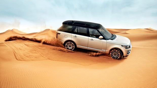 V avtomobilizmu imajo v splošnem izdelki, tako kot ljudje, ime in priimek, le v drugačnem vrstnem redu: najprej družinsko ime, potem lastno ime. Range rover je izjema. Po zgornjem pravilu bi moral biti land rover range rover (znamka in model), vendar pri Land Roverju namerno izpuščajo ime znamke, saj ne gre več le za model, ampak za celo družino (tudi evoque in sport), znotraj nje pa hočejo jasno izpostaviti, kdo je začetnik in glavni v družini. Range rover, jasno. (foto: Land Rover)