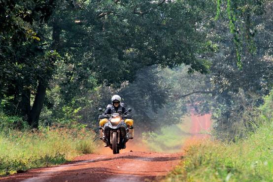 Foto: Brane Šeruga z motorjem po divjini