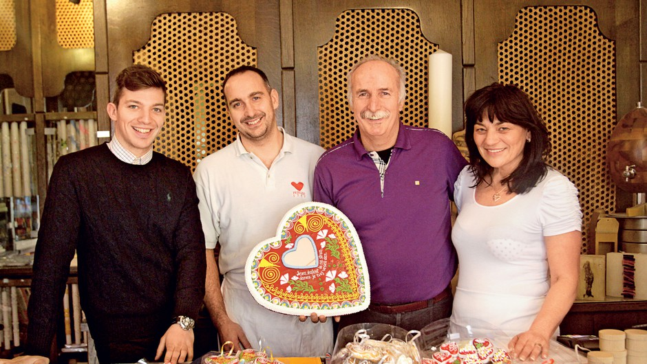 Družina Perger: Lucian, Boštjan, Hrabroslav in Lea v svoji trgovini in delavnici, manjka še hčerka Ines. (foto: Goran Antley)