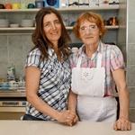 Katarina Mihalek Leskovšek z mamo Tatjano Mihalek, ki vsak dan poskrbi za ponudbo klasičnih sladic. (foto: Helena Kermelj)