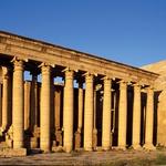 Džihadisti IS so marca po uničevanju ostankov asirske civilizacije v muzeju v Mosulu in v mestu Nimrud, ki je nastalo v 13. stoletju pred našim štetjem, nadaljevali svoj uničevalni pohod po antičnih mestih na severu Iraka – spravili so se nad antične ostanke v mestu Hatra (na fotografijah na tej strani in na strani 58 pred uničenjem). Hatra leži približno 110 kilometrov severozahodno od Mosula, nastala je v 3. stoletju pred našim štetjem in je na Unescovem seznamu svetovne kulturne dediščine. (foto: Profimedia)