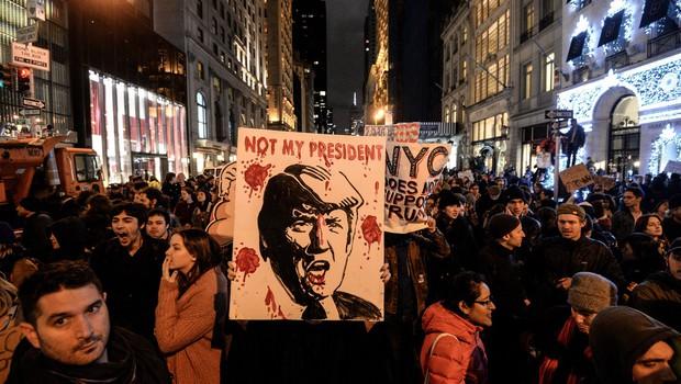 ZDA po zmagi Trumpa: Na tisoče protestnikov vzklika 'On ni naš predsednik!' in 'Ne rasizmu!' (foto: profimedia)