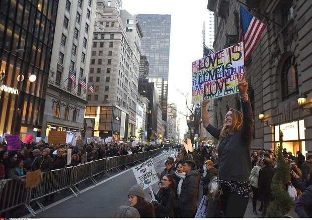 Na sobotnih njujorških protestih tudi Michael Moore (foto: profimedia)