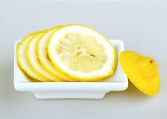 Poglejte, kaj se zgodi, če ob posteljo postavite narezano limono!