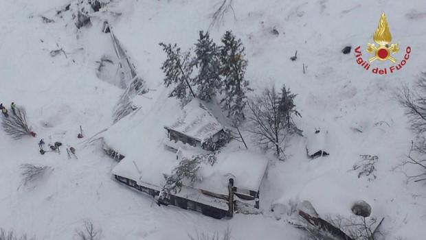 Italija: V zasutem hotelu našli 8 preživelih, ki jih bodo s helikopterjem prepeljali v bolnišnico! (foto: Virgili del Fuoco / STA)