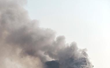 Teheran: Zaradi požara se je zrušila najvišja stavba! V ruševinah je ujetih več gasilcev!