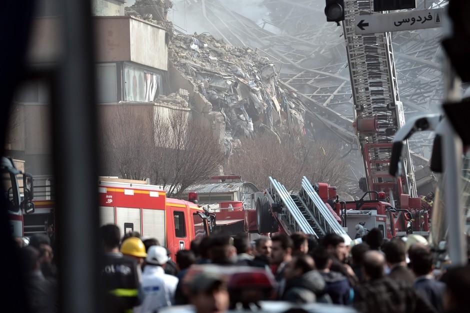 Teheran: Zaradi požara se je zrušila najvišja stavba! V ruševinah je ujetih več gasilcev! (foto: profimedia)