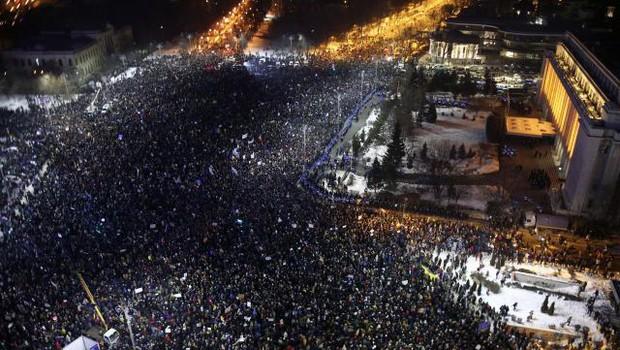 Do 300.000 protestnikov zahteva odstop romunske vlade! (foto: Xinhua/STA)