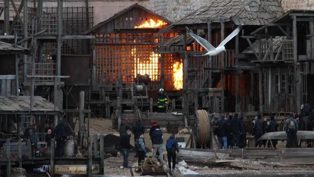 Ekipa filma o Robinu Hoodu zažgala filmsko vas v Dubrovniku (foto: HINA/STA)