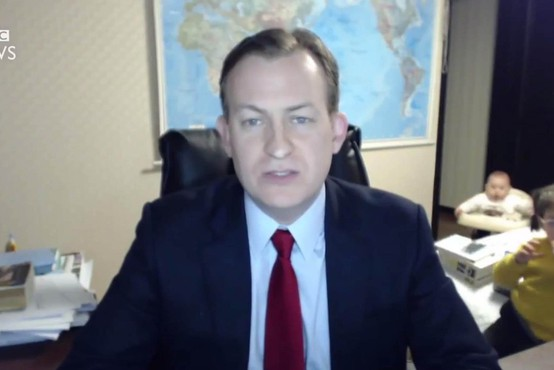 Ko resen intervju za BBC prekine majhna deklica, nato pa še dojenček v hojici!
