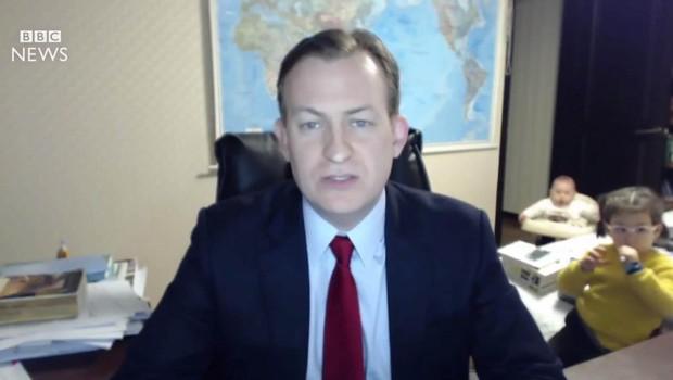 Ko resen intervju za BBC prekine majhna deklica, nato pa še dojenček v hojici! (foto: profimedia)