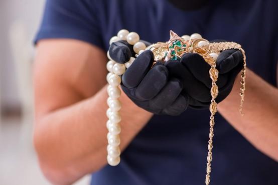 Ogledoval si je nakit, potem pa pograbil verižice in pobegnil!