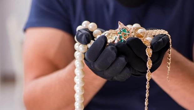 Ogledoval si je nakit, potem pa pograbil verižice in pobegnil! (foto: profimedia)