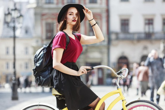 Z nožem oborožen ropar ustavlja ženske na kolesih in od njih zahteva nogavico!