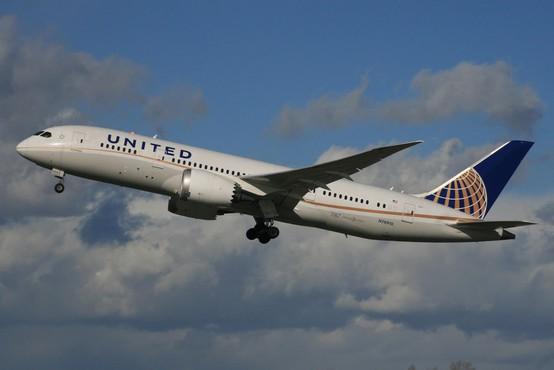 Grozljiva izkušnja potnika United Airlines, ki so ga varnostniki nasilno odvlekli s prenatrpanega letala!