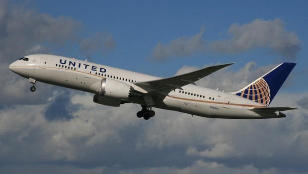 Grozljiva izkušnja potnika United Airlines, ki so ga varnostniki nasilno odvlekli s prenatrpanega letala! (foto: profimedia)
