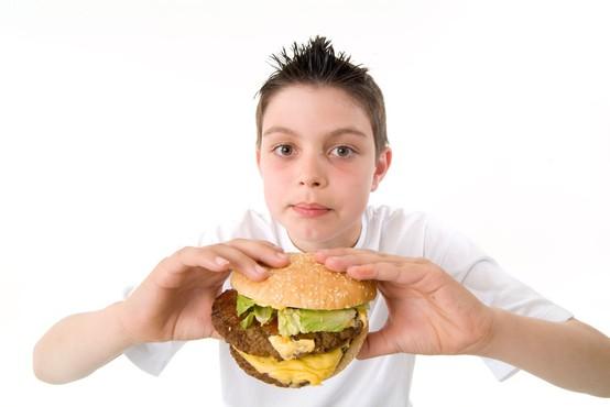 Osemletnik z očetovim vozilom v McDonald's na sirov burger