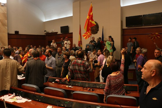 V četrtkovih protestih v Makedoniji poškodovani vsaj 102 osebi