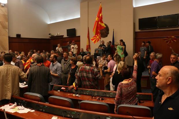 V četrtkovih protestih v Makedoniji poškodovani vsaj 102 osebi (foto: profimedia)