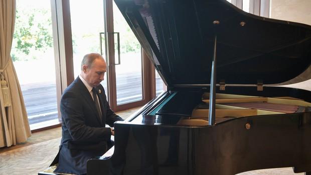 Putin je med čakanjem na kitajskega predsednika igral klavir (foto: profimedia)