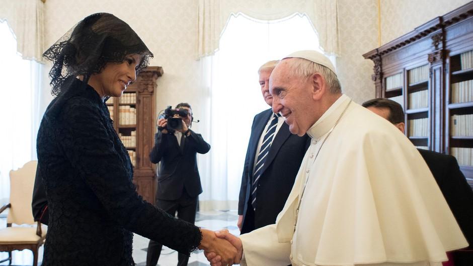 """Papež vpraša Melanio: """"Kaj mu dajete za jesti?"""", ta pa naj bi mu odgovorila, da potico! Ali pa je rekla: pico!? (foto: profimedia)"""