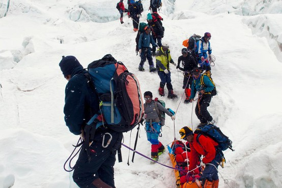 Na Everestu našli še štiri mrtve alpiniste
