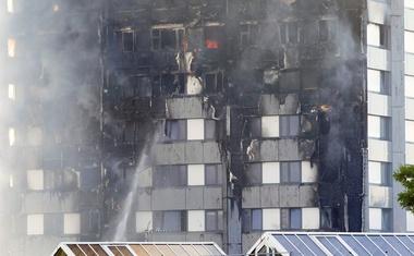 V Londonu gori stolpnica s 120 stanovanji! Z ognjem se bori 200 gasilcev!