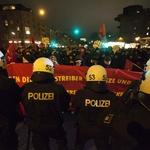 Policija z vodnim topom nad protestnike proti vrhu G20 (foto: profimedia)
