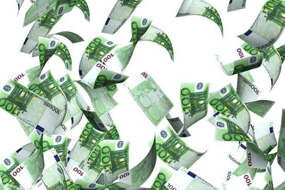 Nemški 13-letnik mimoidočim delil denar