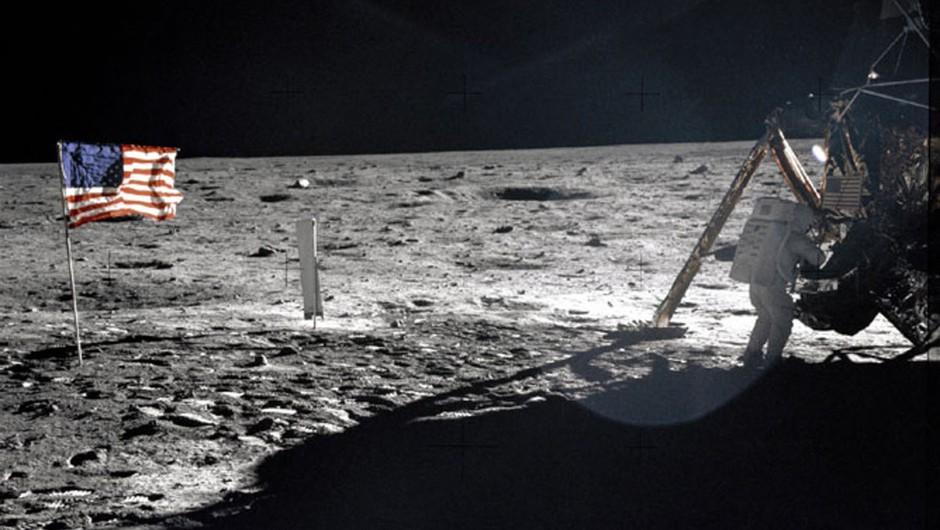 Armstrongovo torbo za lunin prah prodali za 1,8 milijona dolarjev (foto: profimedia)