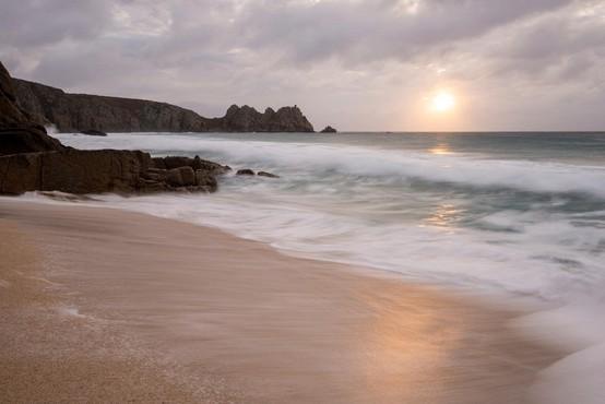S plaže v Angliji zaradi skrivnostne meglice evakuirali obiskovalce