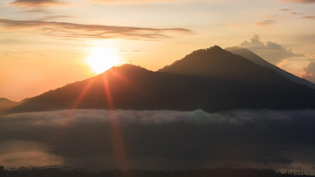Skoraj 50.000 ljudi na Baliju beži pred vulkanom (foto: profimedia)