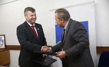 Rokovanje po uspešnem podpisu pogodbe.