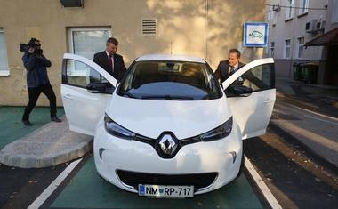 Župan in minister za infrastrukturo sta se popeljala tudi z električnim avtom.