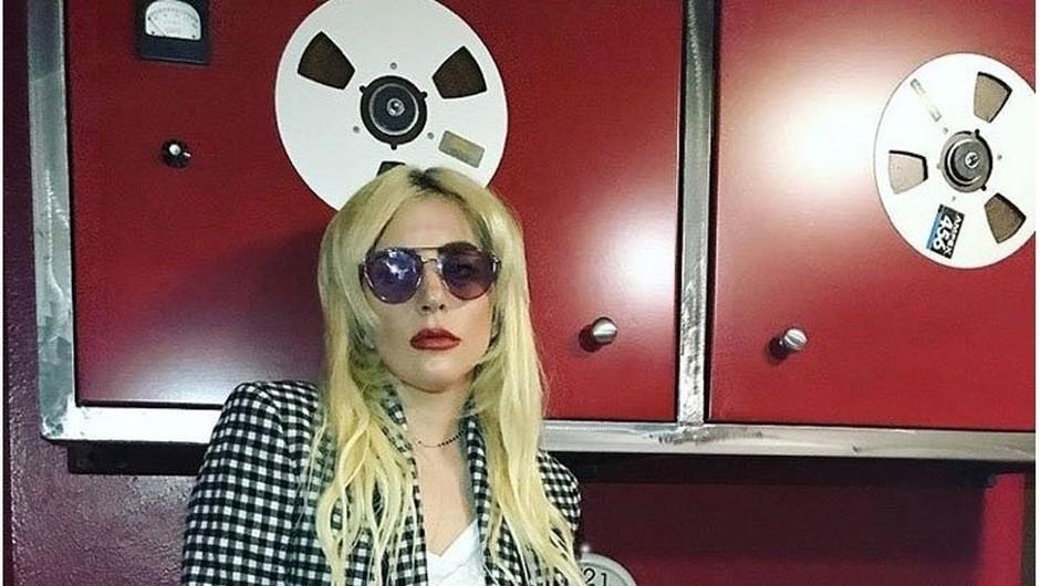 Nekdanji ameriški predsedniki na odru z Lady Gaga, ki je za žrtve orkanov sama donirala milijon evrov! (foto: profimedia)